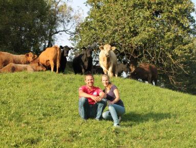 Ulrike und Michael mit den Rindern